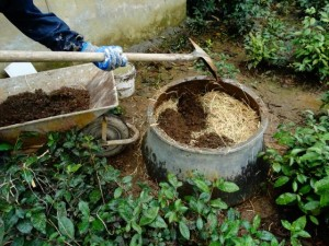 ریختن خاک مخصوص کاهگل